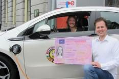 Voor het eerst rijbewijs in elektrische auto gehaald